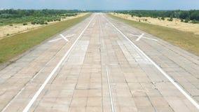 被放弃的机场鸟瞰图,在跑道的平面着陆 r