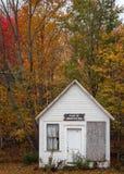 被放弃的校舍在高峰秋天颜色的本顿新罕布什尔 库存照片