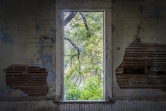 从被放弃的校舍的窗口视图 免版税库存图片