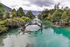 被放弃的桥梁,七个湖,阿根廷的路 免版税库存图片