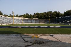 被放弃的橄榄球场-橡胶碗-阿克伦用拉锁拉上-阿克伦,俄亥俄 库存照片