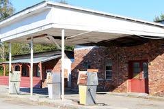 被放弃的气体和服务站 免版税库存照片