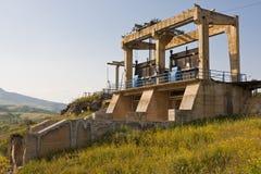 被放弃的水坝 免版税库存照片