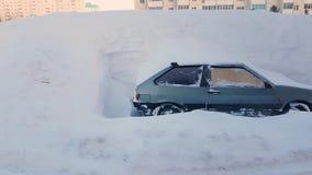 被放弃的汽车乱丢了与雪停车场在城市,暴风雪 影视素材