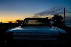 被放弃的汽车在微明下 免版税库存照片