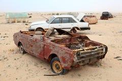 被放弃的汽车在沙漠 库存照片