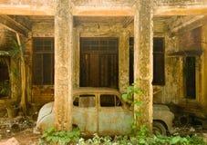 被放弃的汽车房子 免版税图库摄影