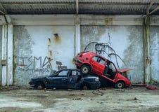 被放弃的汽车被堆积在彼此顶部 免版税库存图片