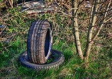 被放弃的汽车转储轮胎 库存照片
