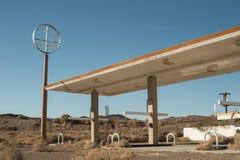 被放弃的沙漠加油站 库存照片