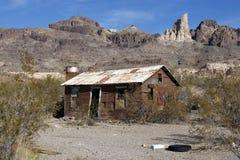 被放弃的沙漠老棚子 免版税库存照片