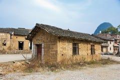 被放弃的泥砖议院在村庄 免版税库存照片