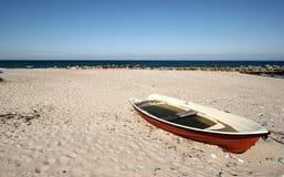 被放弃的海滩小船 免版税库存照片