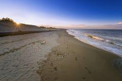 被放弃的海滩在晚上 免版税库存图片