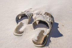 被放弃的海滩Sandals4 免版税库存照片