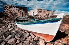 被放弃的渔夫小船 免版税库存照片