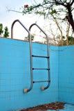 被放弃的游泳池 免版税库存照片