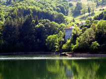 被放弃的湖房子 库存图片