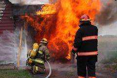 被放弃的火焰房子 免版税库存照片