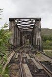 被放弃的火车桥梁很远垂直 免版税库存照片