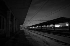 被放弃的火车站在晚上 免版税库存图片
