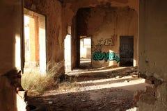 被放弃的火车站在阿尔瓦萨特 免版税库存图片