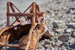 被放弃的独轮车在工作年限以后 免版税库存图片