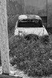 被放弃的生锈的古董车 库存照片