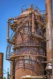 被放弃的生锈的机器和存储单元在天然气产业在 库存图片