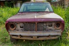 被放弃的生锈的汽车 免版税图库摄影