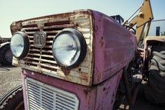 被放弃的生锈的葡萄酒拖拉机 库存照片
