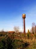 被放弃的生锈的水塔 免版税库存图片