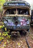 被放弃的电车在路轨的看法朝向 免版税库存图片