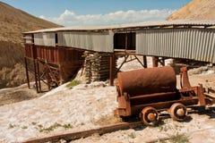 被放弃的盐矿和路轨在中亚山在明亮的太阳下 免版税库存图片