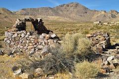被放弃的石房子废墟在沙漠鬼城 免版税库存图片