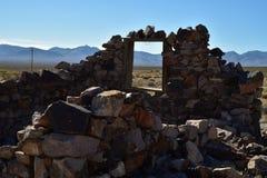被放弃的石房子废墟在沙漠鬼城 图库摄影