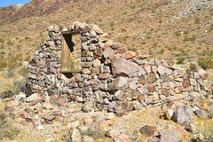 被放弃的石房子废墟沙漠风景的 免版税库存照片