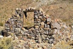 被放弃的石房子废墟沙漠风景的 库存照片