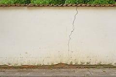 被放弃的破裂的肮脏的灰泥白色墙壁背景 库存照片