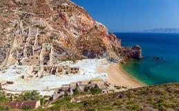 被放弃的硫磺开采海滩,芦粟海岛,基克拉泽斯,希腊 免版税库存图片