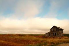 被放弃的秋天农厂房子 免版税库存照片