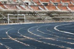 被放弃的空的被毁坏的体育场 库存照片
