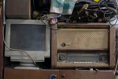 被放弃的站立收音机和的计算机近,舒展及时的技术 库存图片
