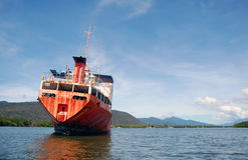 被放弃的红色船在河 免版税库存图片