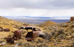 被放弃的经典旧货汽车 免版税库存图片