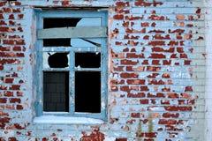被放弃的老之家 年迈的砖墙 残破的视窗 库存图片