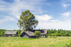 被放弃的老农舍 免版税库存照片