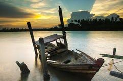 被放弃的老小船在Bachok,吉兰丹击毁 库存图片