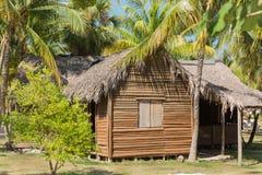 被放弃的老房子巨大看法在热带庭院里 库存图片