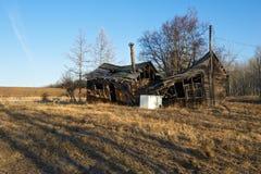 被放弃的老房子崩溃 免版税库存图片